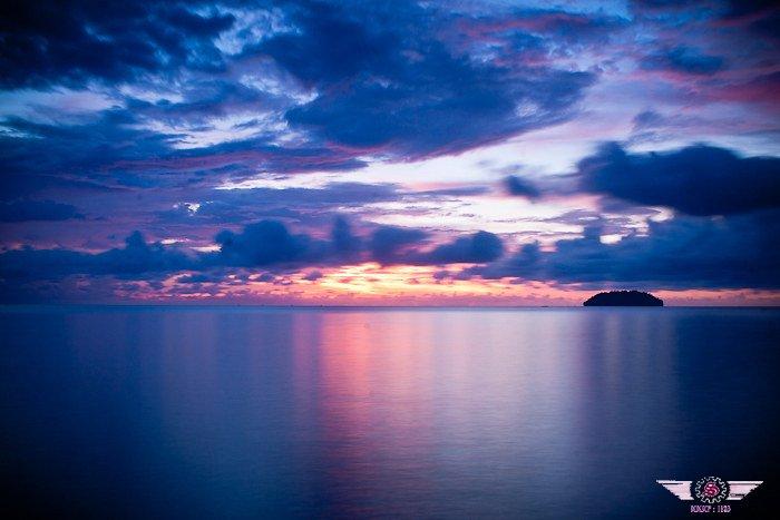 沙巴岛最美的落日,哪多姿多彩,富有诗情画意。美丽的景象映在海面上,海也被太阳的金红色光芒染红了般,整片海面金灿灿亮闪闪的,发出耀眼的光辉。渐渐地,太阳又开始往下沉,宛如一个可爱的温柔的少女,害羞地躲到了云锦后,消失在地平线里。